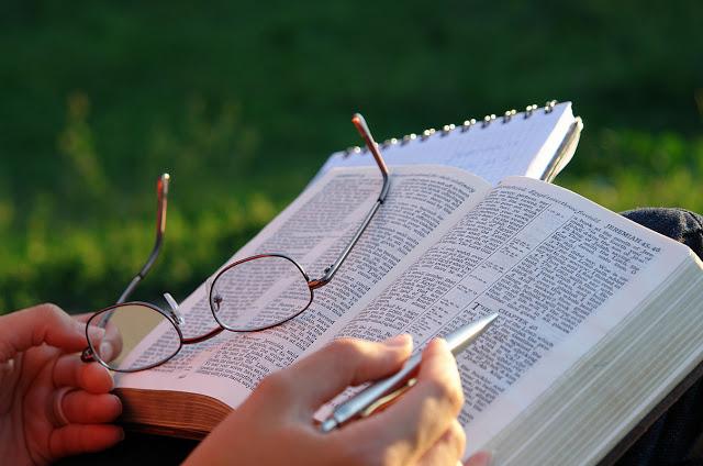 POR QUÉ DEBEMOS LEER LA BIBLIA